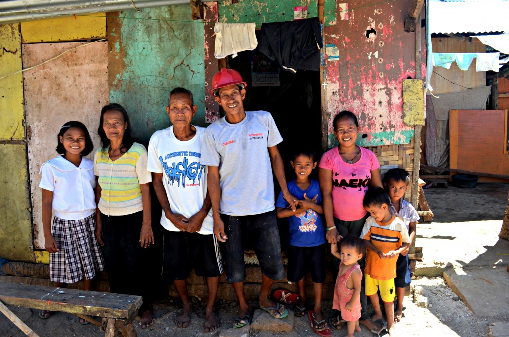 Ian Barco, a carpenter from Caritas CH, with some of his family members (he actually has 8 children). © Stephanie Bouaziz 2014