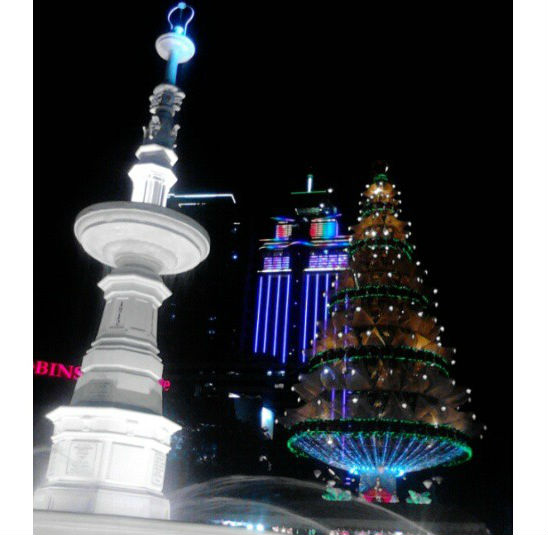 This year's Pine tree-like Christmas tree in Fuente Circle. (image source: http://crlazlo2.blogspot.com)