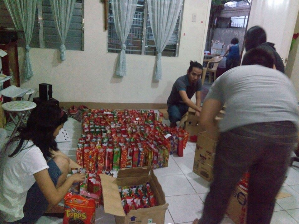 Volunteers packing loot bags for the beneficiaries. (image source: Volunteer in Cebu 'Santa workshop' event page)