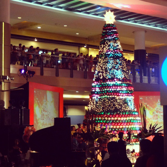 SM Cebu's Christmas tree with layers of colorful Christmas balls and lights . (image source: Caloy Olano's instagram)