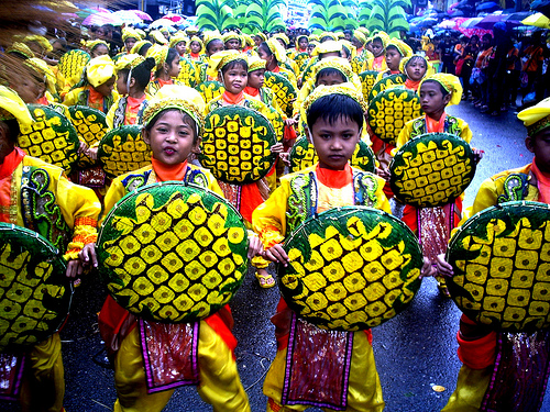 Kids joining in the Sinulog Grand parade. (image source: cebu.sunstar.com.ph)