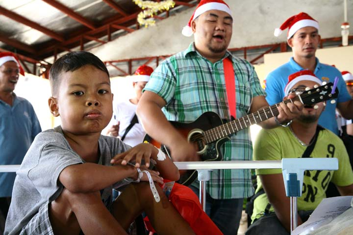 Police singing for the patients of Vicente Sotto Memorial Medical Center. (image source: http://allpinoynews.com)