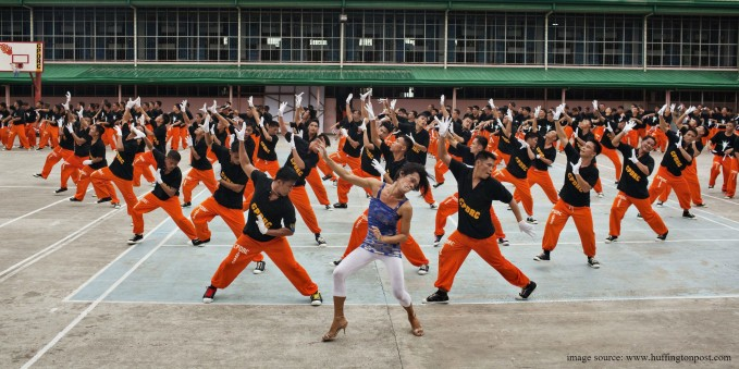 Dancing inmates as they form a human Christmas tree. (image source: huffingtonpost.com)