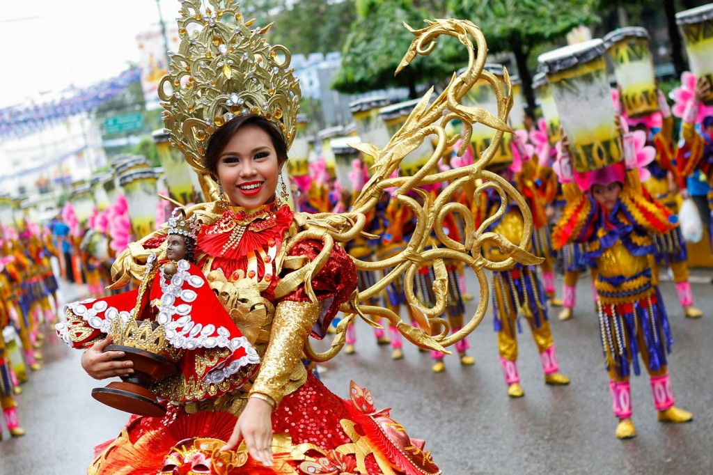 A sinulog festival queen during the Sinulog grand parade. (image source: cebudailynews.inquirer.net)
