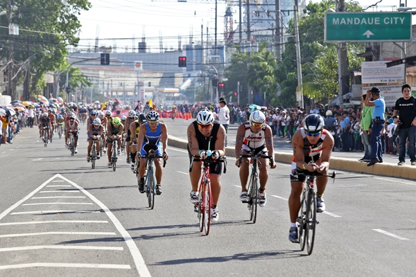 IRONMAN 2014/AUG. 3, 2014:Hundreds of participants of the Ironman 70.3 were about to enter the tunnel to the South Road Properties from S. Osmeña road.(CDN PHOTO/JUNJIE MENDOZA)